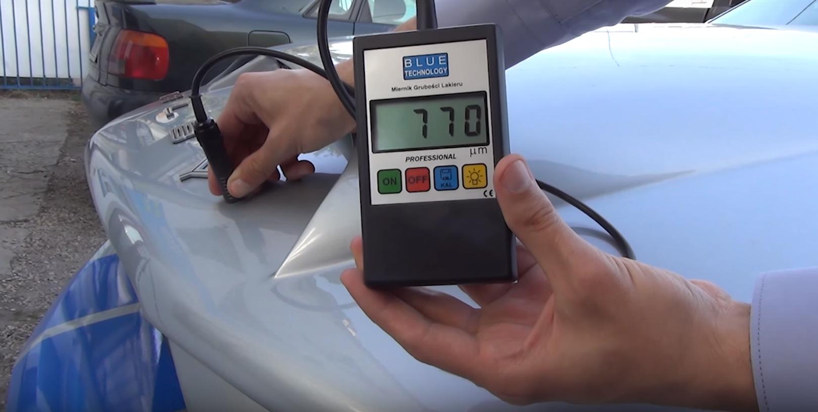 Coating thickness gauge - measurement of  car hood - 770 µm - body filler