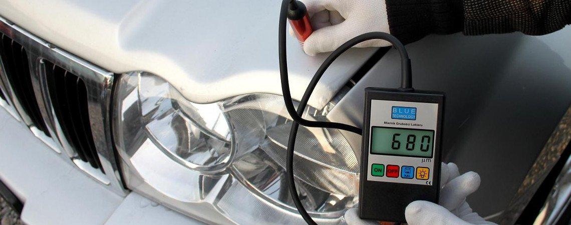 Pomiar lakieru - wynik 680 µm sugeruje warstwę masy szpachlowej.